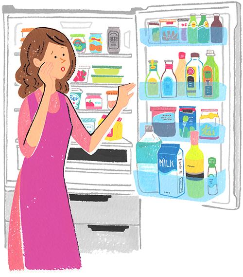 主婦が冷蔵庫をあけて何を作るか考えている
