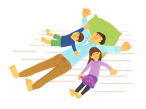仰向けに寝転がるお父さんと姉弟
