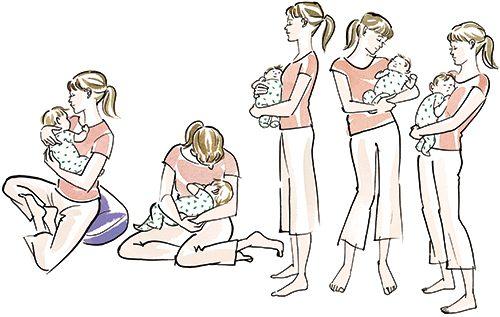 赤ちゃんを抱えながら姿勢を整えている女性。