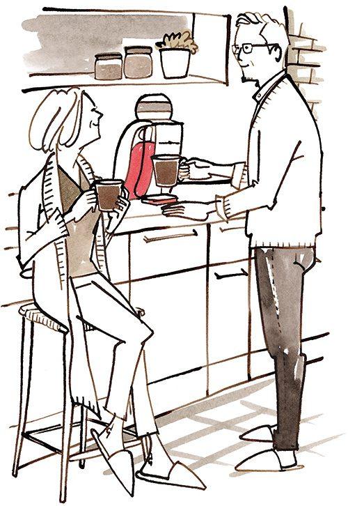 家で珈琲を入れている夫婦