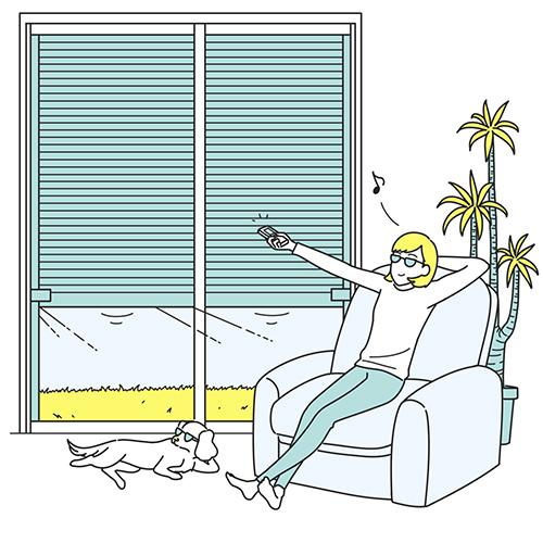 ソファに座りながら自動シャッターを開ける女性