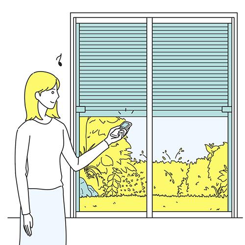 自動シャッターを開ける女性